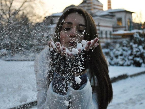 Фото девушки зимой со снегом на аву 11