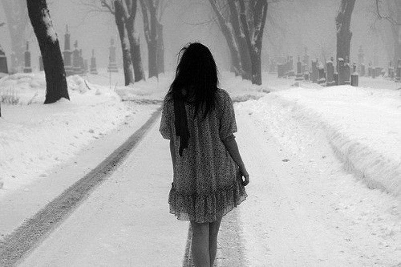 Фото девушки зимой со снегом на аву 12