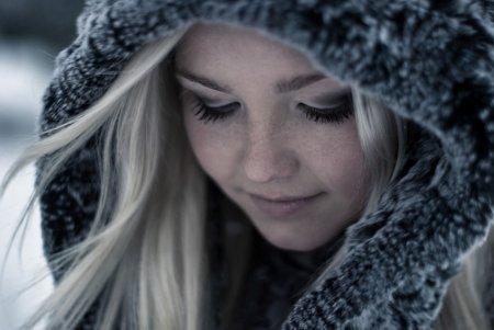 Фото девушки зимой со снегом на аву 7