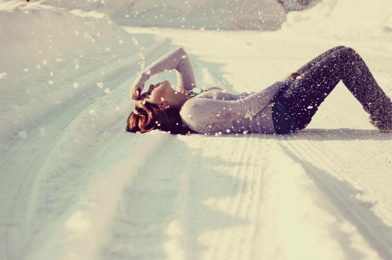 Фото девушки зимой со снегом на аву 8