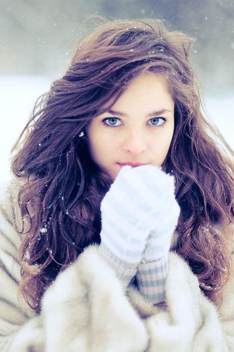 Фото девушки зимой со снегом на аву