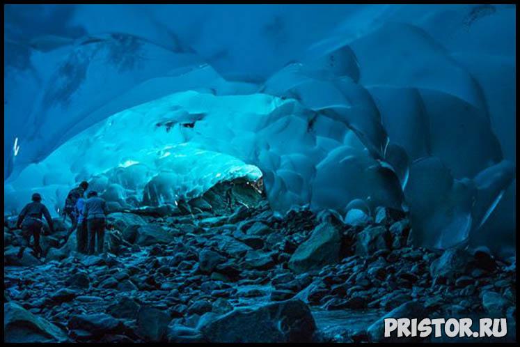 Ледяная пещера под ледником в Джуно, Аляска (США)