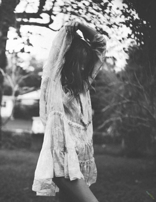 Девушки черно белое фото без лица на аву