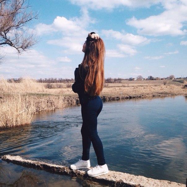Прикольные и красивые картинки девушек на аватарку со спины 6