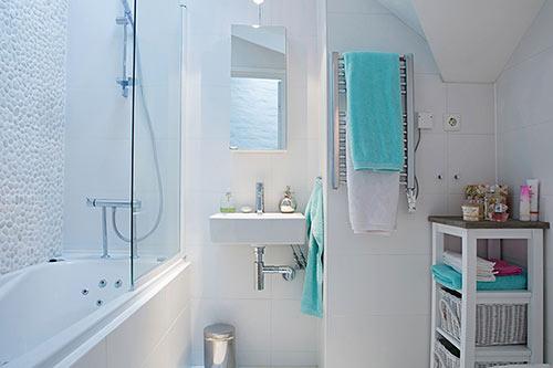 Как сделать ремонт в маленькой ванной своими руками - фото и идеи 15