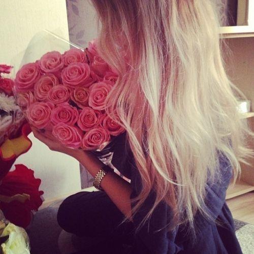 Фото блондинки девушки со спины с цветами