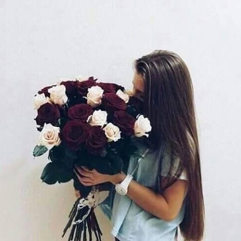Фото брюнеток с цветами без лица