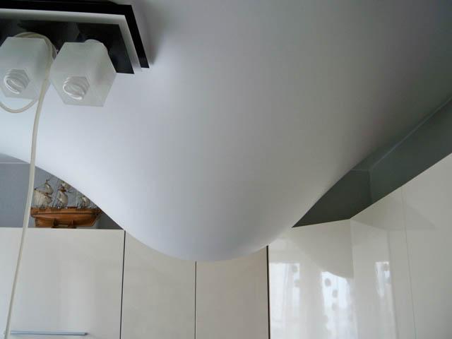 Как слить воду с натяжного потолка самостоятельно - видео и фото 1
