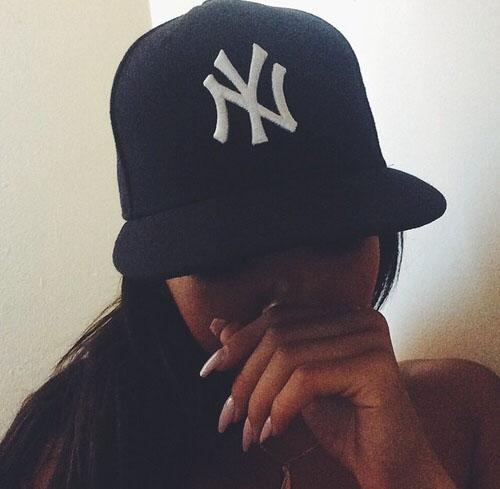 Прикольные и красивые картинки девушек в кепке на аву - сборка 12