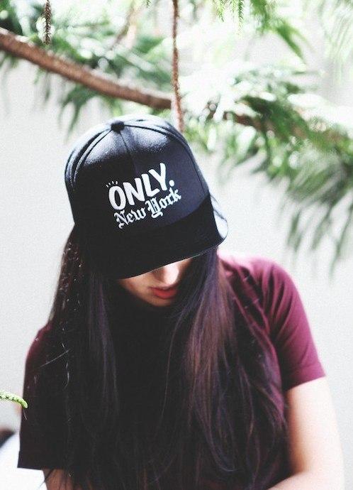 фото девушек на аву в кепке