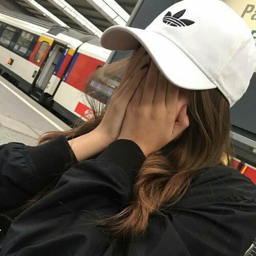 Прикольные и красивые картинки девушек в кепке на аву - сборка 3
