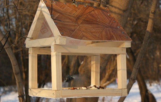 Как сделать кормушку для птиц своими руками - идеи из дерева, бутылки, коробок 19
