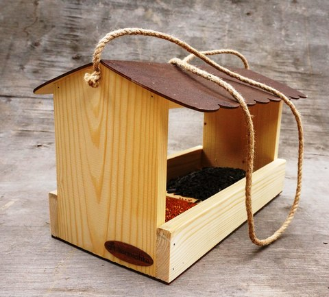Как сделать кормушку для птиц своими руками - идеи из дерева, бутылки, коробок 21