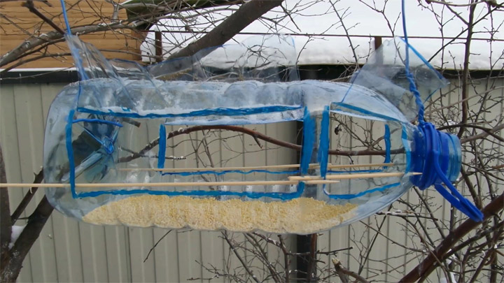 Как сделать кормушку для птиц своими руками - идеи из дерева, бутылки, коробок 25