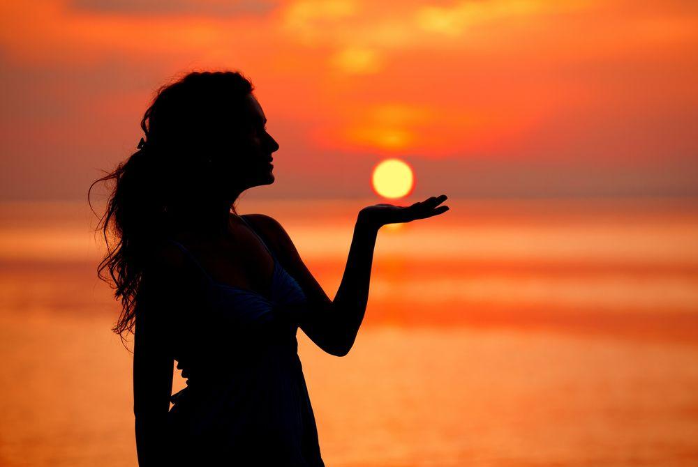 Красивые картинки, как люди держат Солнце руками - подборка 1