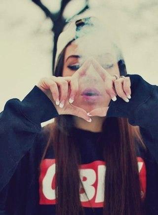 Крутые и классные картинки девушек с дымом на аву - подборка 12