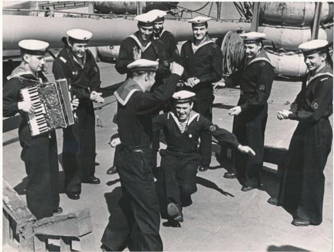 Почему моряки носили брюки клеш История и преимущества одежды 2