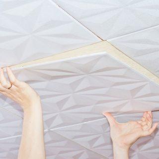 Как правильно оклеить потолок полистирольной плиткой 1