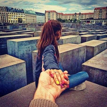 Красивые картинки на аву девушка тянет парня за руку - подборка 14