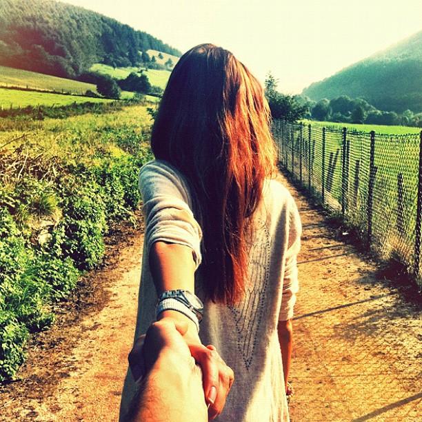 Красивые картинки на аву девушка тянет парня за руку - подборка 16