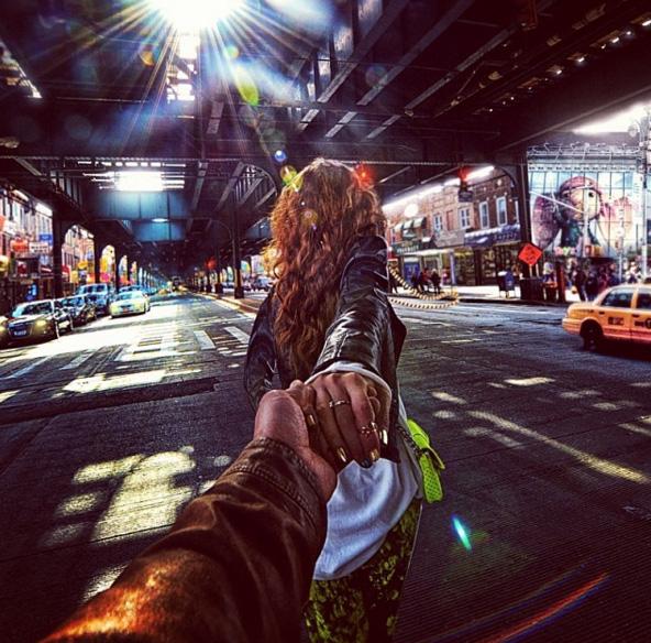 Красивые картинки на аву девушка тянет парня за руку - подборка 18
