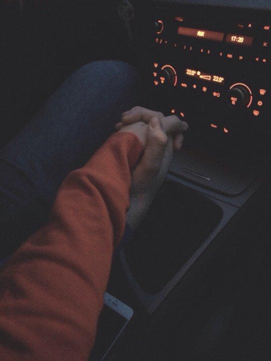 Руки девушки и парня - фото. Парень и девушка держатся за руки, фото 12