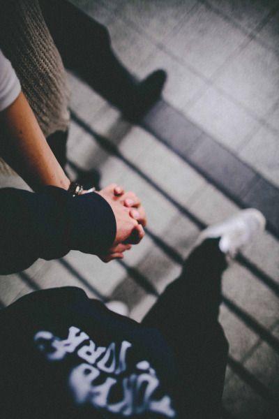 Руки девушки и парня - фото. Парень и девушка держатся за руки, фото 20