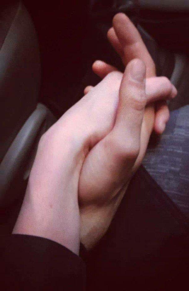 Руки девушки и парня - фото. Парень и девушка держатся за руки, фото 21