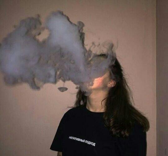 Прикольные картинки курящих девушек на аву в социальные сети 4