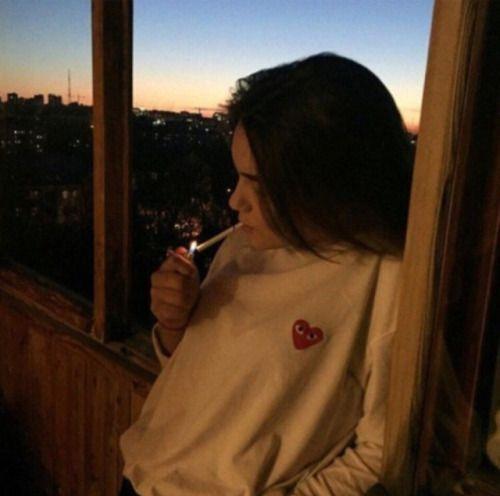 Прикольные картинки курящих девушек на аву в социальные сети 5