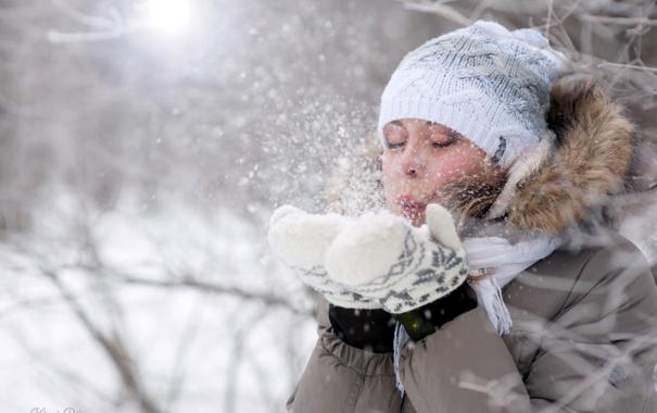 Фото девушки зимой со снегом на аву 10