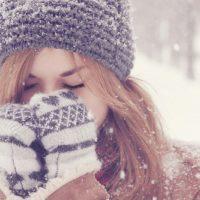 Фото девушки зимой со снегом на аву 3