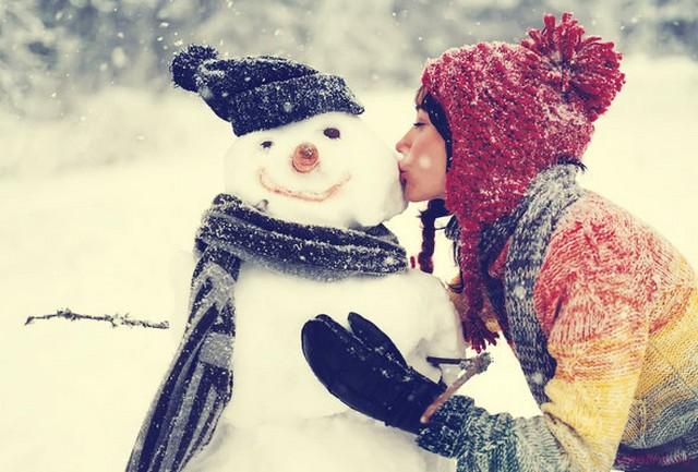 Фото девушки зимой со снегом на аву 4