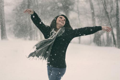 Фото девушки зимой со снегом на аву 5