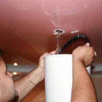 Как слить воду с натяжного потолка самостоятельно - видео и фото 2