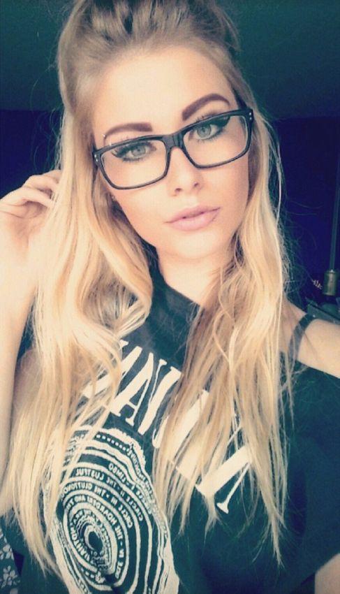 Картинки девушек в очках на аву - самые прикольные и красивые 5