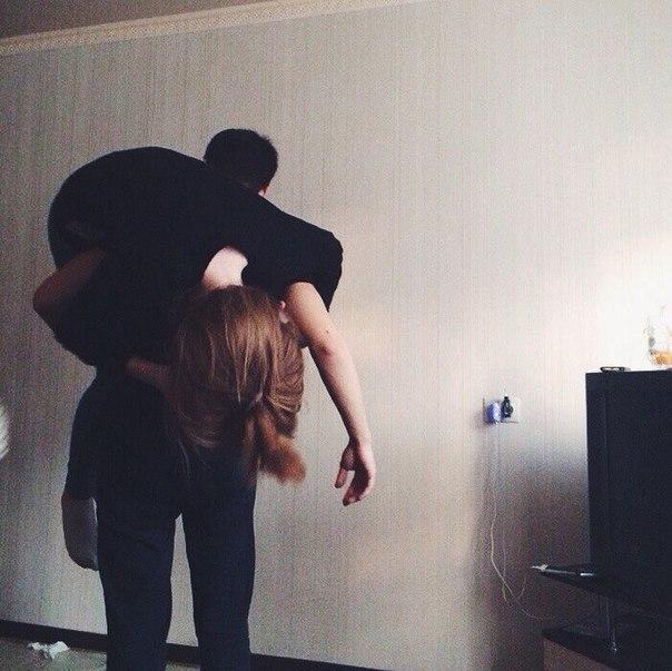 Прикольные и красивые картинки парень с девушкой обнимаются 2