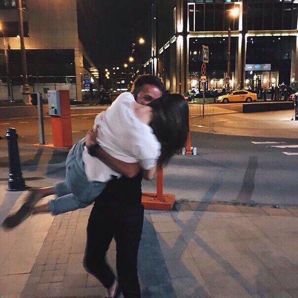 Прикольные и красивые картинки парень с девушкой обнимаются 9