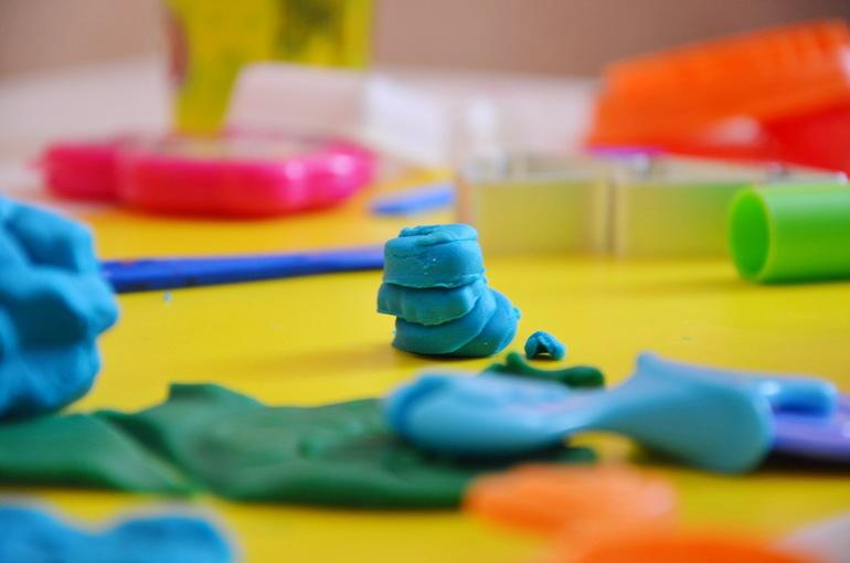 Как очистить пластилин с одежды, ковра, ткани в домашних условиях - советы 3