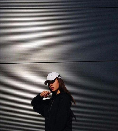 Прикольные и красивые картинки девушек в кепке на аву - сборка 2