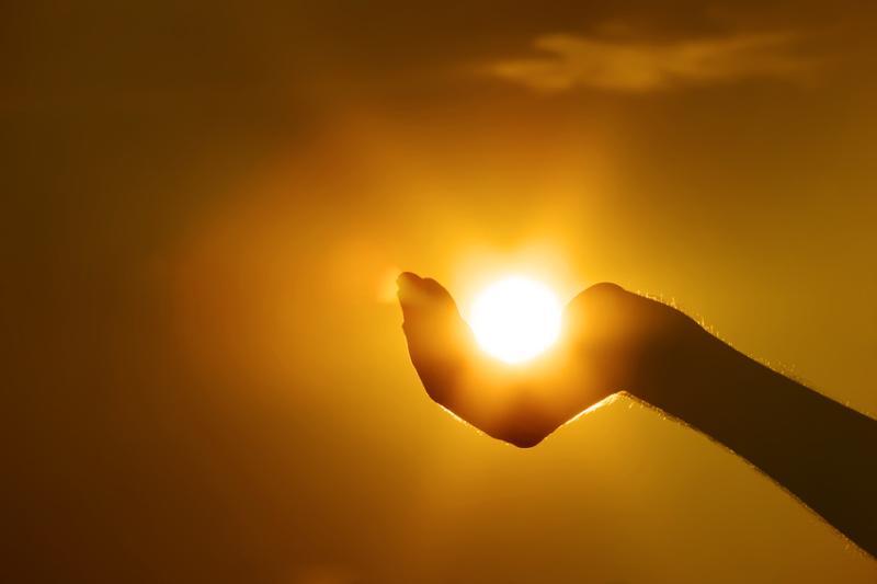 Красивые картинки, как люди держат Солнце руками - подборка 10