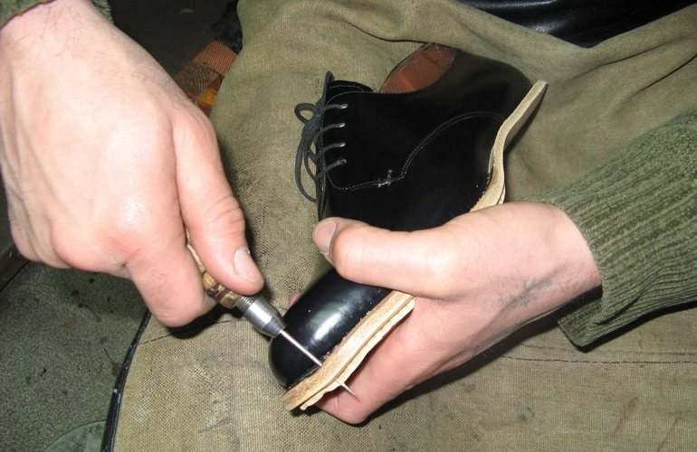 Как прошить обувь шилом или крючком своими руками - способы 2