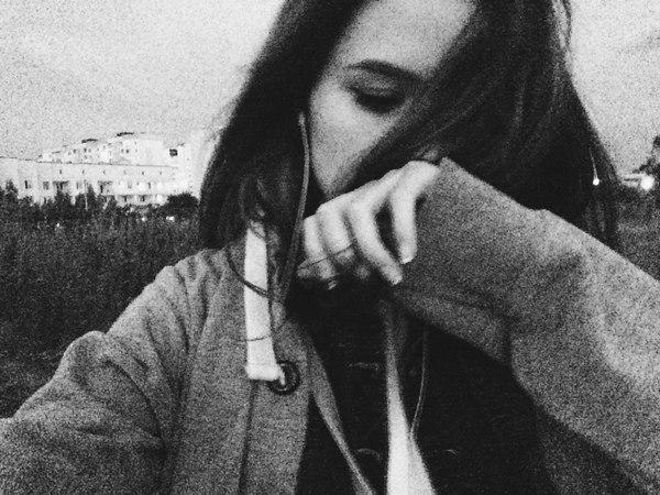 Фото девушка у окна спиной, фотографии на аву со спины ... | 450x600