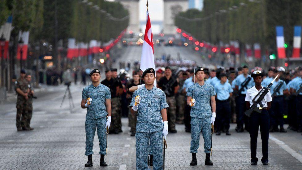 Франция отмечает День Бастилии с захватывающим парадом - фото, новости 6