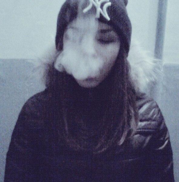 Крутые и классные картинки девушек с дымом на аву - подборка 5