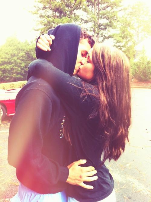 Поздравления, картинки девушки и парня целуются