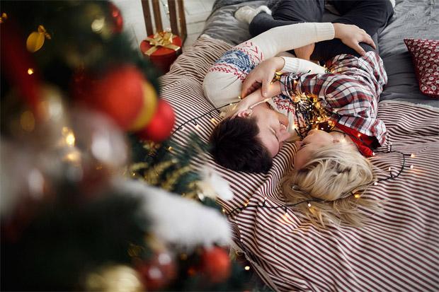Красивые картинки влюбленной парочки в Новый год - подборка 15