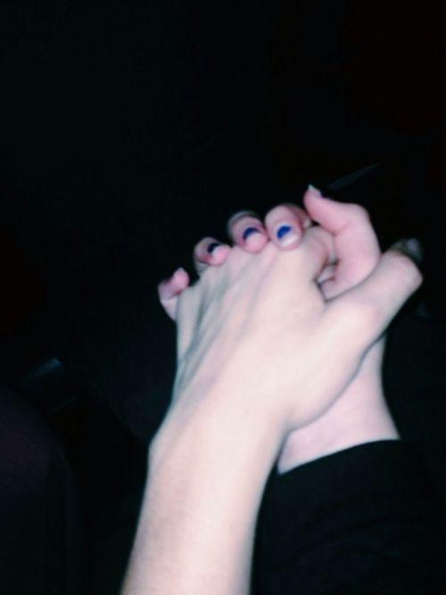 Руки девушки и парня - фото. Парень и девушка держатся за руки, фото 17