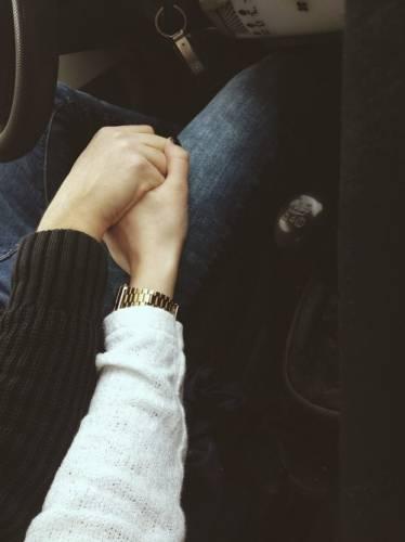 Руки девушки и парня - фото. Парень и девушка держатся за руки, фото 2