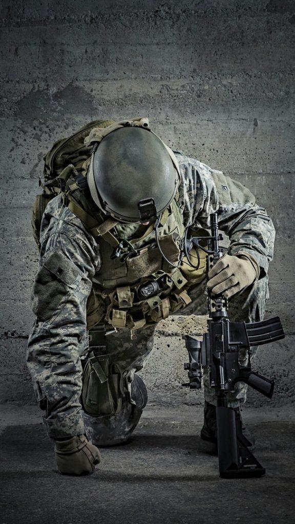 Классные обои на телефон с людьми и оружием - подборка 12